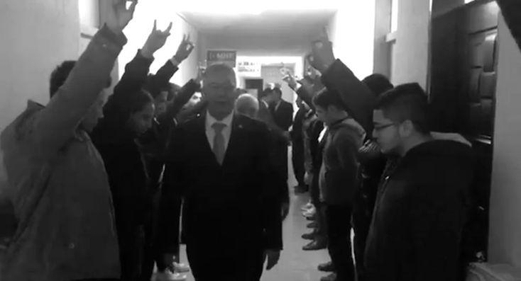 AKP'li vekile 'Başbuğ muamelesi': MHP'li gençler AKP heyetini 'bozkurt'la uğurladı