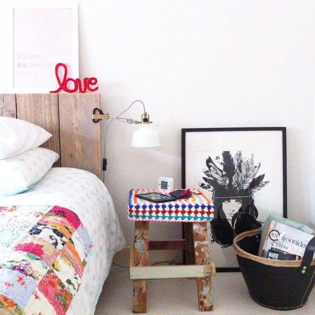 #ilmiocomodino @casafacile ➡️kindle, sveglia e mascherina per la luce ➡️nel cesto: riviste, una coperta extra e uno scialle all'uncinetto ➡️poster @bodieandfou ➡️sgabello @woodwoolstool ➡️scritta LOVE fatta da me ➡️lampada Ikea ➡️copripiumino H&M home
