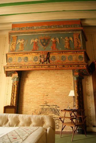 La Chambre Chabot avec sa cheminée peinte, une petite merveille ! Château de La Verrerie - Chambres / Cabane - Les Chambres