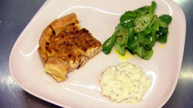 Essen Trinken Zwiebelkuchen Mit Rapunzelsalat Und Dip Rezept Zwiebelkuchen Rezepte Essen Und Trinken