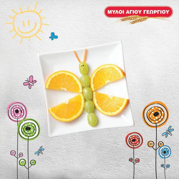 Συνήθως αφήνει το φρούτο του στη μέση; Με τις φρουτένιες πεταλουδίτσες, θα τα φάει όλα με όρεξη! Σχηματίστε τις πεταλουδίτσες χρησιμοποιώντας φέτες πορτοκαλιού και σταφύλια και απολαύστε παρέα την πιο δημιουργική φρουτοσαλάτα!  #myloiagiougeorgiou #fruits #healthy