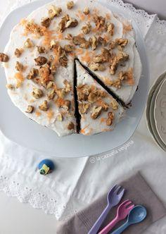 Tarta vegana especiada de zanahoria con nata de coco.