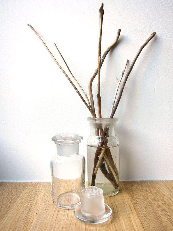 Laat je huis heerlijk ruiken met deze zelfgemaakte natuurlijke luchtverfrissers of huisparfums! Op basis van kaneel, appel en pompelmoes Dit heb je nodig: een appel, een pompelmoes, kaneelstokjes, gedemineraliseerd water, een pot en een kookvuur. Optioneel: etherische sinaasappelolie Snijd de appel en de pompelmoes in stukken en doe ze in de pot. Voeg ook enkele kaneelstokjes toe. Je kan, als … Continued