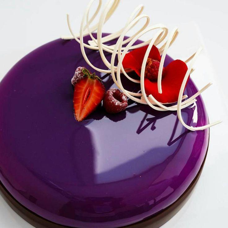 Клубничный муссовый торт с зеркальной глазурью.