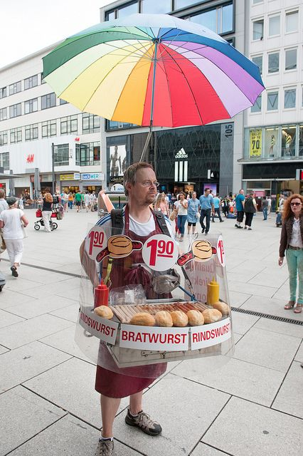 ブラートヴルスト(血のソーセージ)とパン? Ok... not a pushcart, but a close second: One-man bratwurst street vendor Germany