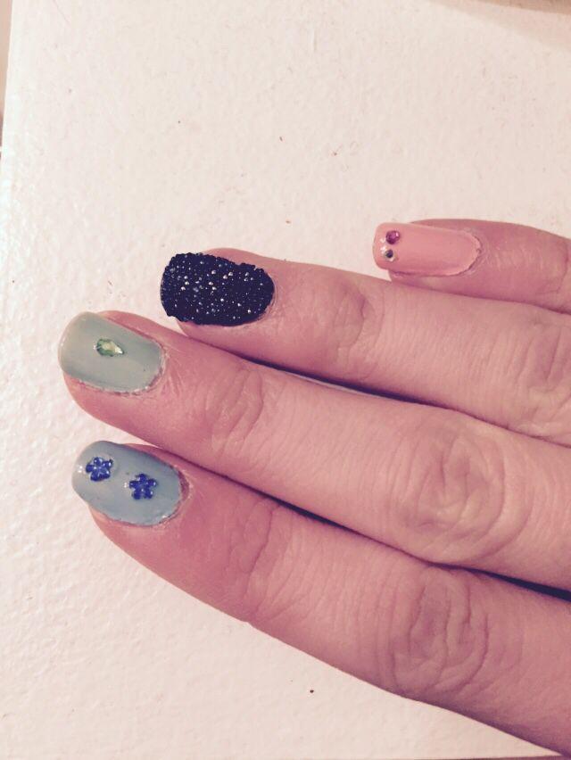 Her er endnu et forslag til negle. Denne gang har jeg brugt rhinsten som pynt. Håber at nogen kan bruge det til inspiration