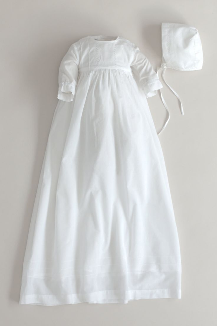 White christening gown from Oli Prik with long sleeves and lining. Beautiful lace on the chest piece. Material: 100% fine cotton. Length: approx. 95 cm (S) – approx. 100 cm (M). Matching christening bonnet in 100% double cotton with hand embroidered edge. Bag for storing the christening gown > The christening gown is sold without ribbon bows. See the selection of ribbon bows that can be purchased >