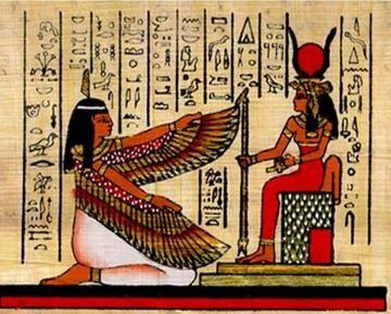 MITOLOGIA EGIPCIA Na mitologia egípcia, Maet ou Maat é a deusa da Justiça e do Equilíbrio.  É representada por uma mulher jovem exbindo na cabeça uma pluma. É filha de Rá, o deus do Sol e esposa de Tot, o escriba dos deuses com cabeça de ibis. Com a pena da verdade ela pesava as almas de todos que chegassem ao Salão de Julgamento subterrâneo.