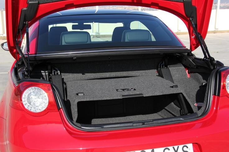 Volkswagen EOS segunda mano en oferta en Rekord Motor- Color ROJO- Equipamiento: Vehículo cabrio. Equipamiento: ABS, ESP, dirección asistida, airbags, climatizador digital bizona, volante multifunción, preinstalación teléfono, elevalunas eléctricos, cierre centralizado, faros antiniebla, parktronic trasero, llantas de aleación de 1 7 ''. Sensores de Luz y de lluvia.