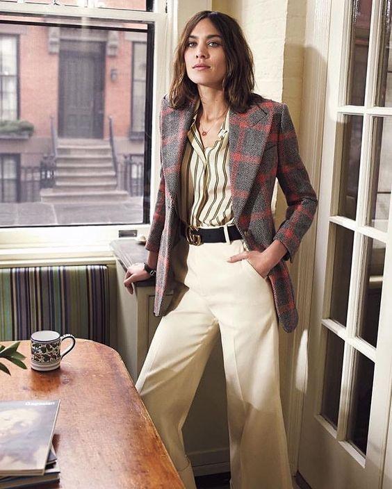 be2bd1a03 Os anos 80 estão de volta! A releitura das maiores tendências da década  como a ombreira está fazendo a cabeça de grandes fashionistas como a Alexa  Chung!