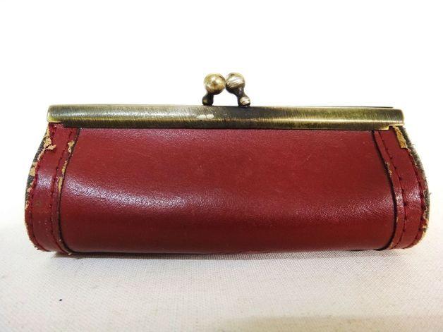 Diese süße Klipbörse stammt aus den 50er Jahren und besteht aus dunkelrotem Leder. Seinerzeit verwendete die Dame von Welt solche Börsen auch zum sicheren verstauen des Lippenstiftes. Die Börse...