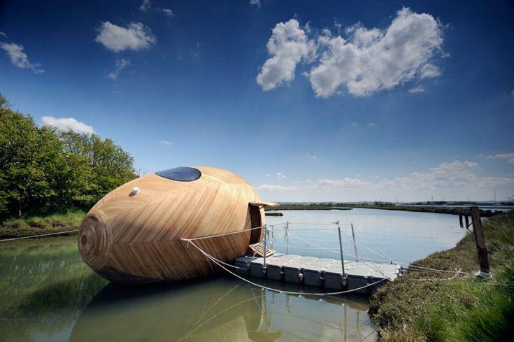 A metà tra una piccola casa galleggiante e un laboratorio, l'uovo costruito sulle rive del fiume Beaulieu, nel sud della Gran Bretagna, è nato per dimostrare che basta poco per vivere.