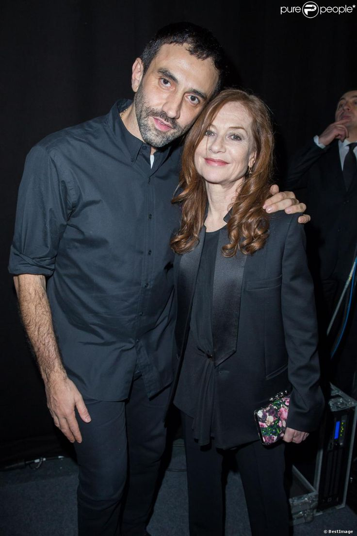 Riccardo Tisci et Isabelle Huppert dans les coulisses du défilé Givenchy, à la Halle Freyssinet. Paris, le 2 mars 2014.