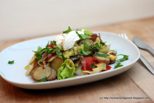 Rustikale Kartoffel-Pfanne mit Spitzkohl und Speck