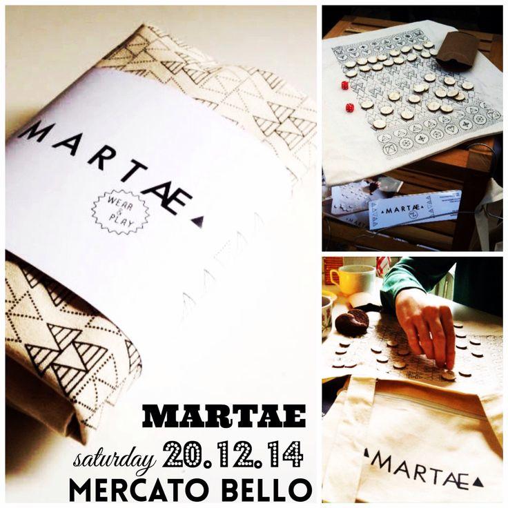 Martae ha creato un nuovo tipo di borsa: la borsa giocabile. Da entrambi i lati infatti le borse presentano serigrafie fatte a mano che riprendono la scacchiera e la tavola da backgammon, nella borsa e' presente poi una tasca con zip con all'interno una confezione con le pedine tagliate ed incise al laser. Geniale! Con noi sabato 20 @martae  #lastminutexmas #mercatobello #ostellobello #martae @martae