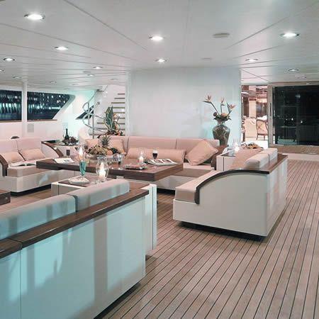 Yates de Lujo; yacht deck.