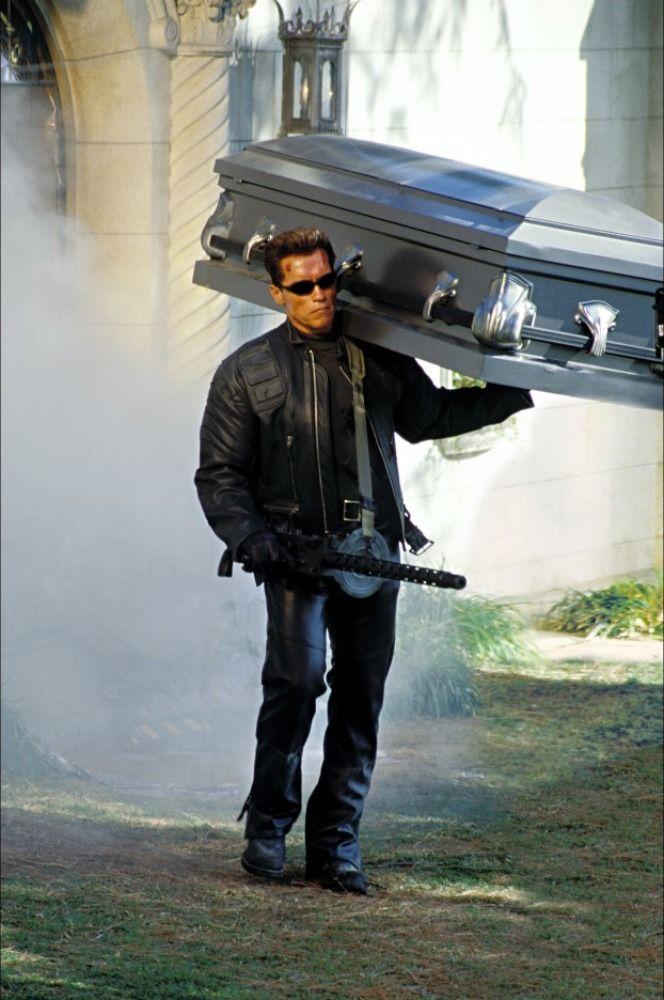 Arnold Schwarzenegger cargando el ataud de John Connor