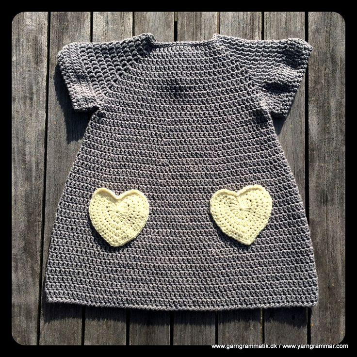 Hæklet lillepigekjole med hjertelommer - Garn Grammatik