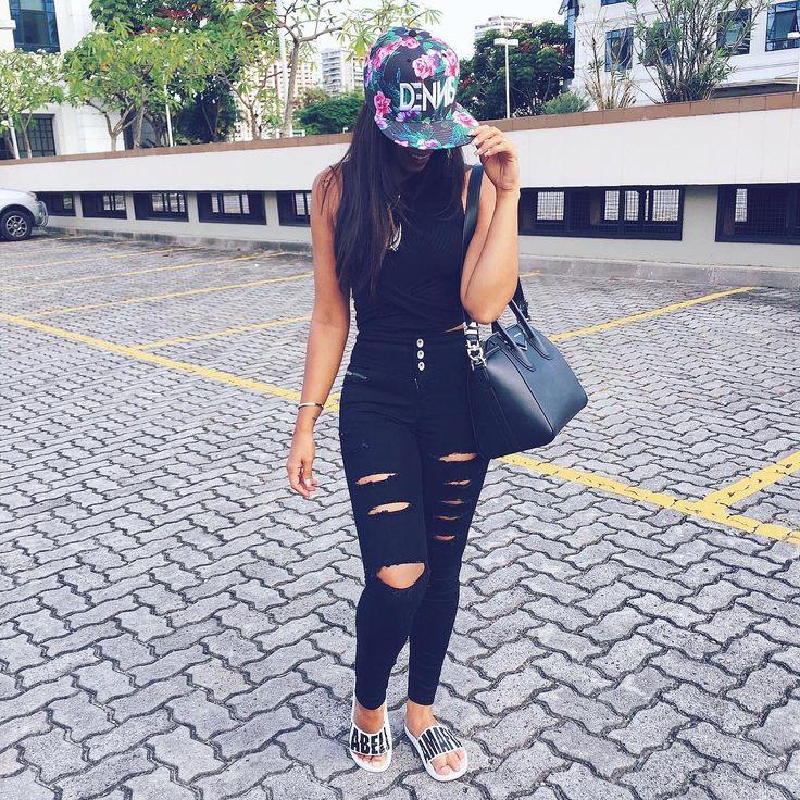 Look preto black calça jeans destroyed preta e boné floral. Bolsa Givenchy