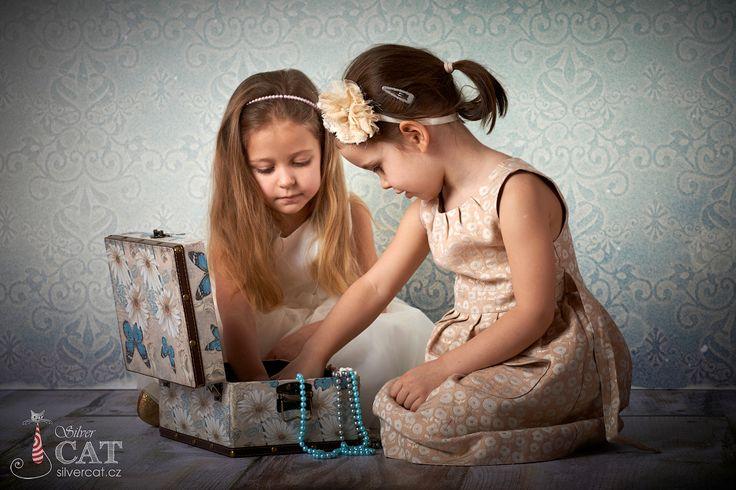 Fotky Dětí, Přítelkyně si hrají s dekorací, Focení Dětí, Obrázky Dětí, Foto Dětí, Fotografie Dětí, Fotoateliér SILVERCAT