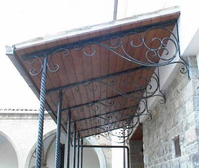Tettoia con pilastri in ferro battuto attorcigliato