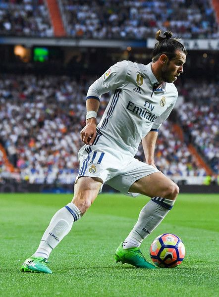 Gareth Bale of Real Madrid CF runs with the ball during the La Liga match between Real Madrid CF and FC Barcelona at the Santiago Bernabeu stadium on April 23, 2017 in Madrid, Spain.