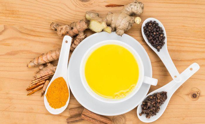 Drycken golden milk har hyllats av hälsobloggare över hela världen och dyker upp som ett välkommet alternativ till kaffe och te på allt fler caféer. Golden milk, gyllene mjölk– eller kort...