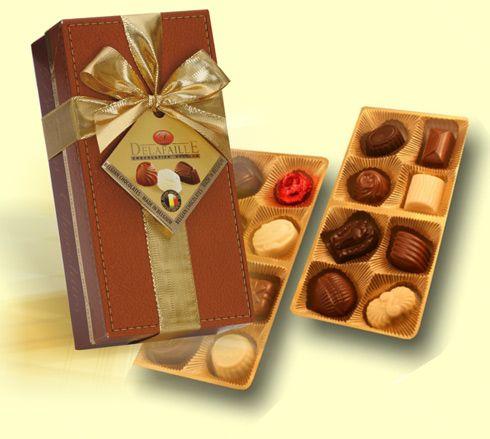 Nádherná zlacená bonboniéra - obal ve stylu tmavě hnědé kůže. Bonboniéra obsahuje směs prvotřídních pralinek od značkového belgického výrobce /16ks pralinek/. Bonboniéru opatříme firemní visačkou. Rozměr: 90x190x60 mm. Váha čokolády 200 g. Bonboniéra patří mezi dobré nápady na dárky jako tip na celoroční firemní reklamní předmět.