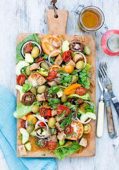En fantastisk sallad till grillat, med både ugnsrostade och färska tomater i alla färger