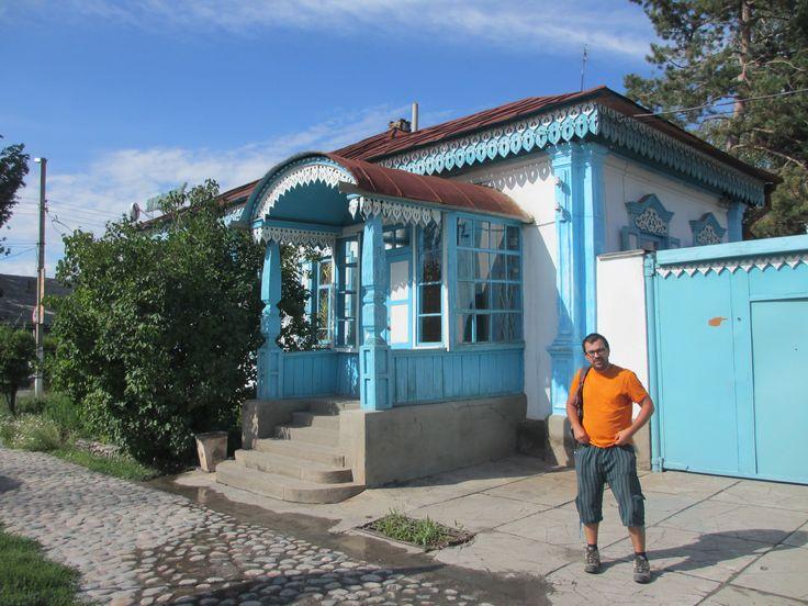 Chegamos a Karakol, vindos de Bishkek, cerca das 13.00h e 1 dia antes do previsto. Tínhamos assim mais tempo para tratar dos pormenores logísticos do trek e do voo de helicóptero e também para relaxar um pouco na cidade, antes da actividade física intensa dos dias seguintes! Karakol é uma pequena cidade no extremo nordeste …