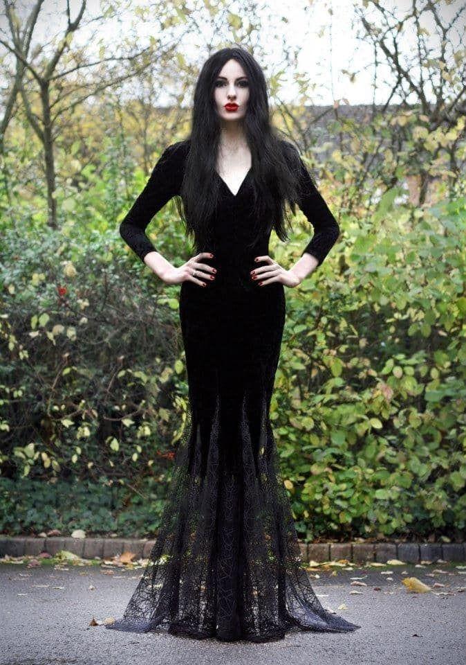 Un Vestido Largo Y Apretado Es Preferible Si No Tienes El Pelo Largo Y Oscuro Necesitaras Una Pel Costumes For Women Morticia Addams Costume Gothic Halloween