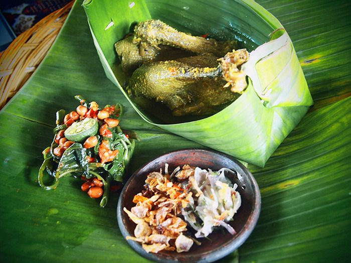 Nasi Bebek Betutu: A duck dish cooked in Balinese spice served with warm rice, Indonesian style vegie salad and sambal matah. (Photo by Mary Sasmiro).