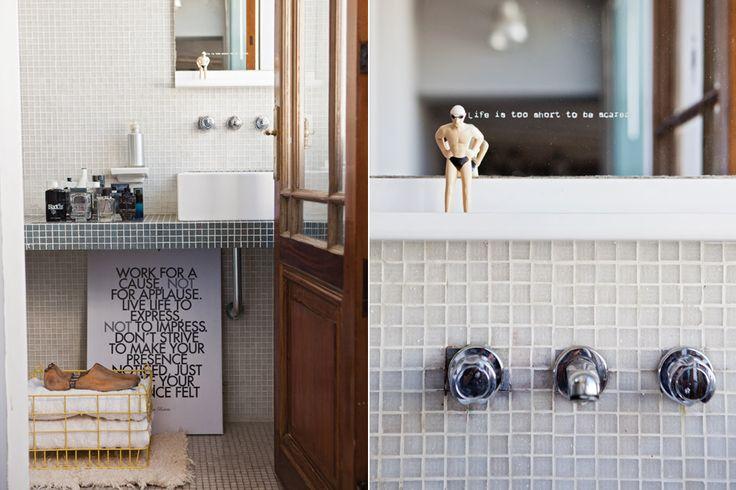 Bachas Para Baño Con Venecitas: de un ph tradicional el baño está revestido con venecitas grises de