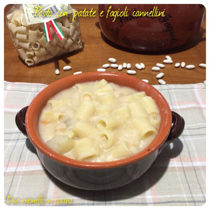 La pasta con patate e fagioli cannellini è un primo piatto nutriente e completo, semplice da fare e perfetto per l'inverno.