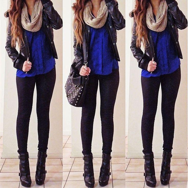 Bufanda beige. Blusa azul. Chaqueta negra de cuero. Leggings negras. Botines negros.