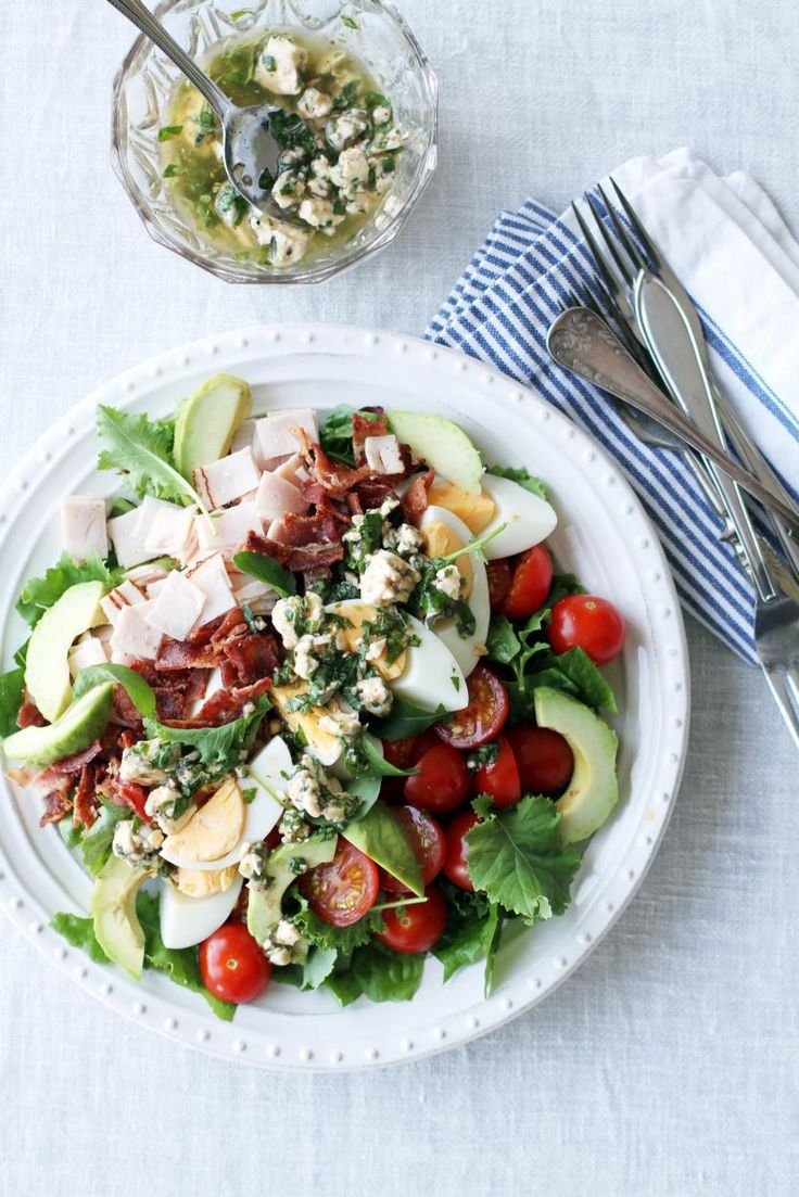 Cobb-salaatti ja sinihomejuustokastike // Cobb Salad Food & Style Tiina Garvey, Fanni & Kaneli Photo Tiina Garvey www.maku.fi