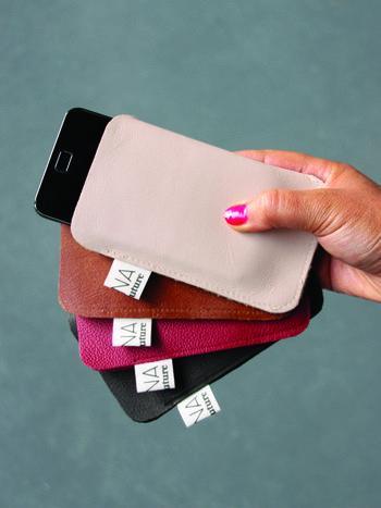 Telefoonhoesjes gemaakt van gerecycleerde kleurstalen die gebruikt zijn in de meubelhandel.