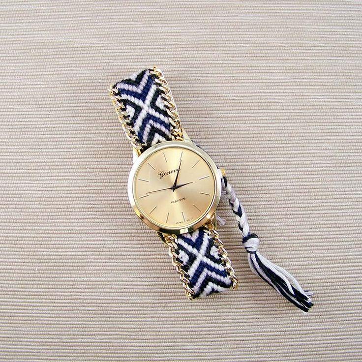 Idée de bracelet-montre : un simple galon style bresilien ou chevrons avec des breloques, perles ou chaines...