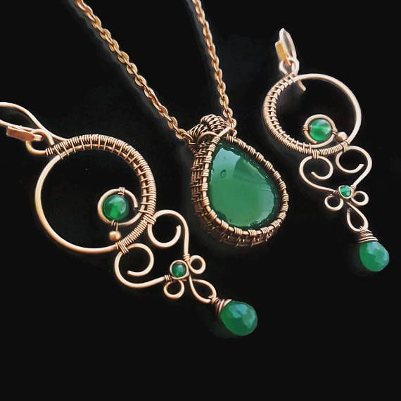 Beautiful copper wire jewelry set including a green onyx necklace and a pair of stunning onyx chandeliers. This wire wrapped set is entirely handmade, except the fabric copper chain. The closure of the necklace is also handcrafted, hammered and adorned with a small onyx gemstone.