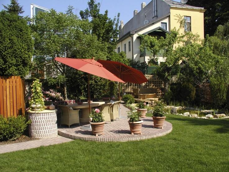 Terrasse mit Sandsteintisch