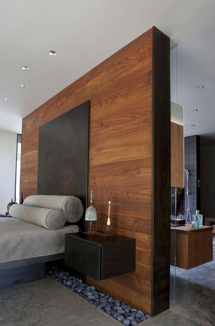 baldos pulidos y pared de madera en el dormitorio moderno