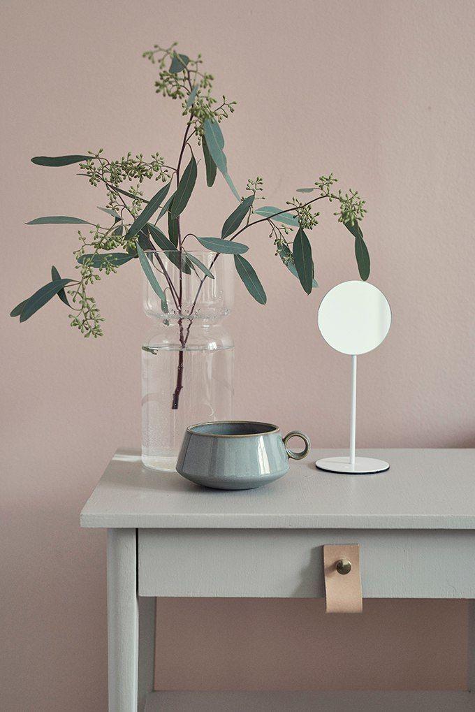Blush pink muur met muted mint groen bijzettafeltje met leren lus. // via Cosy Home