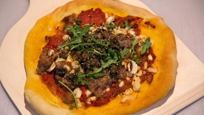 Pizza con salsiccia, acciughe e funghi (Pizza met saucijzen, ansjovis en champignons) - recept | 24Kitchen