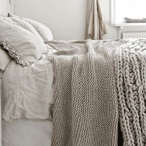 Master bedroom is on the makeover list for 2017 and so I have been searching for inspiration. This beauty is from helenaskarp.blogspot.ki and I sure love the textures and peaceful feel! Any big makeovers for 2017 at your home? If anyone knows where to locate those chunky throws I would love to know! Preferably handmade.