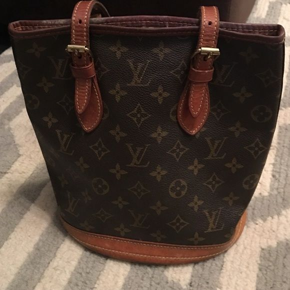 Louis Vuitton bucket bag Louis Vuitton bucket bag it's been aged like wine. The leather is ripping inside some worn spots. But a clastic! Louis Vuitton Bags Shoulder Bags
