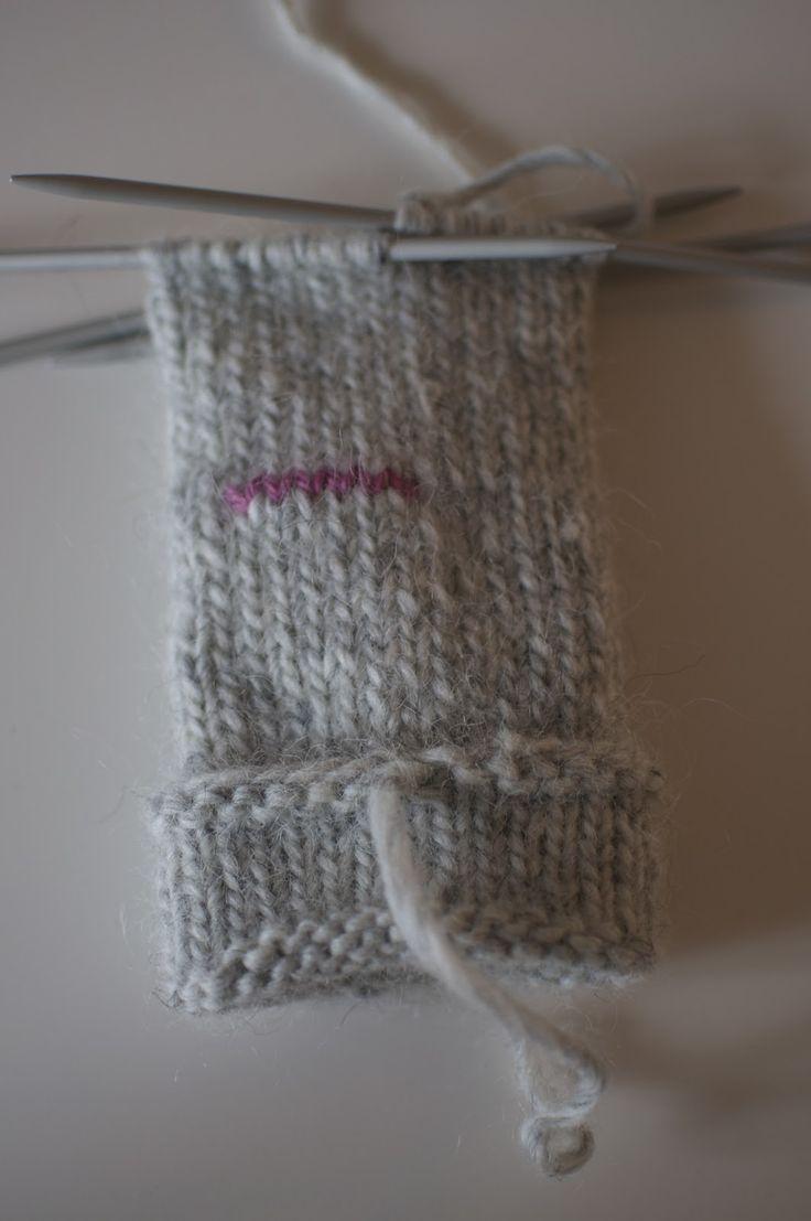 Mitten pattern. Pink stitches are later removed, picked up and knit into the thumb. jojo kan själv: Sticka Lovikkavantar