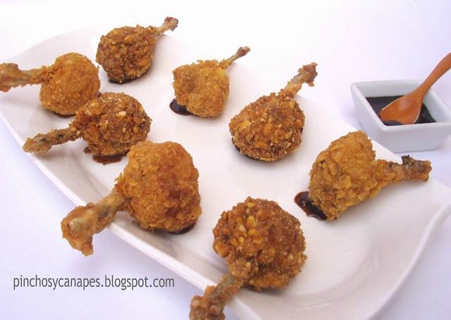 Pollo rebozado con kikos o patatas fritas.