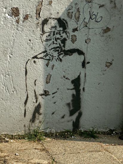Nieuw in mijn Werk aan de Muur shop: Muur-kunst; stencil-art in zwart-wit, op de brug over het Entrepotdok-water bij Artis, fotografie va