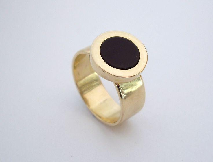 Clásico anillo en oro amarillo y onix