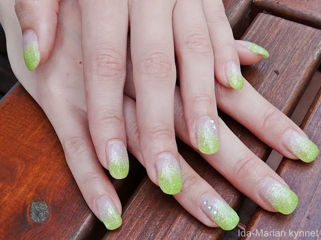 Ida-Marian kynnet / Gel nails with green glitter and rhinestones / #Nailart #Nails